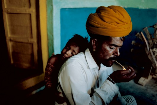 INDIA. Jodphur. 1996. Father and son at their home.